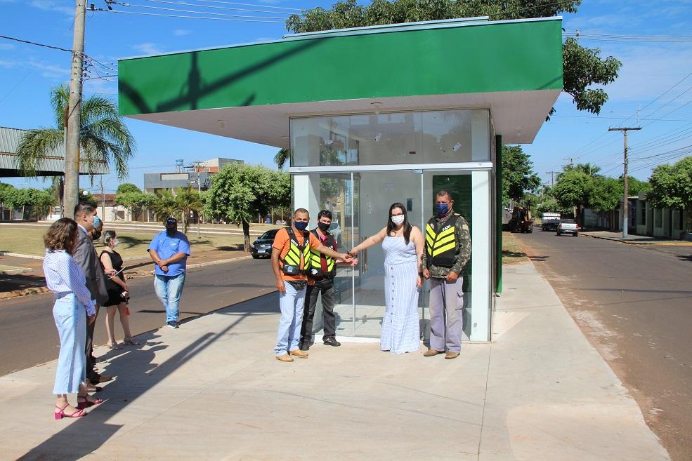 Prefeita Rhaiza Matos entrega abrigos cobertos para mototaxistas